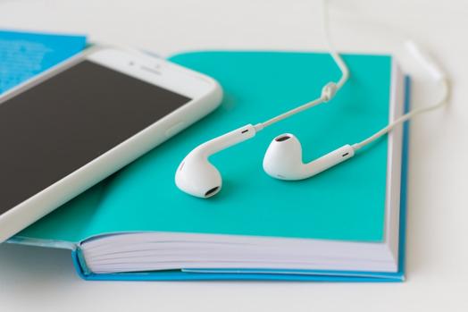 リングタイプのノート。水玉模様の手帳。エメラルドグリーンのペン。
