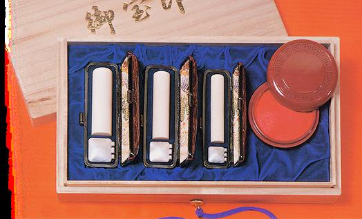 印鑑と朱肉をセットにした桐の箱入りでお届けします。