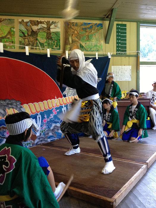 地域おこし協力隊の水原聡一郎さんと、地元の中学生たちがともに番楽を舞う。