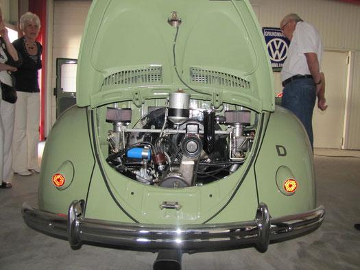 """Ein """"Brezelkäfer"""" mit heißem Motor, vorbereitet für die """"Mille Miglia"""", das legendäre Straßenrennen in Italien."""