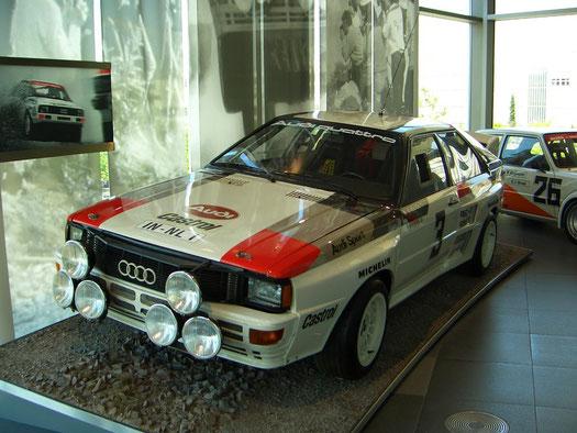 Der Audi  Quattro von 1980, Sieger vieler Rallyeschlachten, krempelte die internationale Rallyescene um und schrieb Rallyegeschichte. Hatte der Serienfünfzylinder 200 PS, so holten die Ingenieure aus dem Rallyetriebwerk bis zu 350 PS heraus.