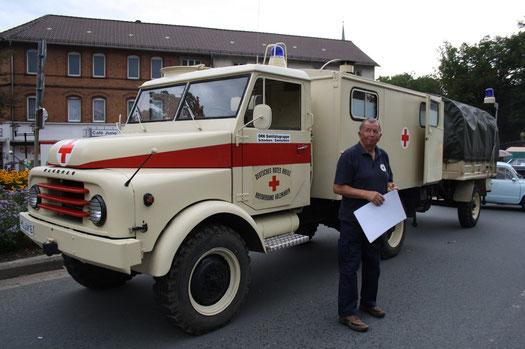 Der Hanomag Sanka der Ortsgruppe Emmerborn des Deutschen Roten Kreuzes mit seinem Fahrer Gerd Göhmann.