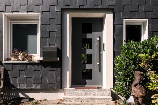 Schiefer und graue Haustür