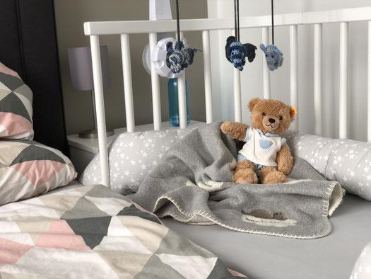 Beistellbett Babybay im Elternschlafzimmer mit Decke, Kuscheltier, Bettschlange und Mobile