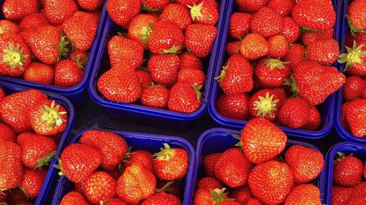 Erdbeeren in blauen Schalen auf dem Wochenmarkt