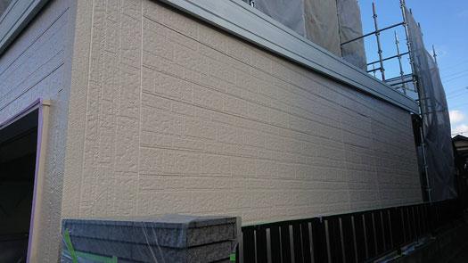 大垣市、養老町、上石津町、輪之内町、安八町、神戸町、垂井町、瑞穂市、池田町で外壁塗装工事中の外壁塗装工事専門店。大垣市稲葉西で外壁塗装工事/外壁の中塗り作業中