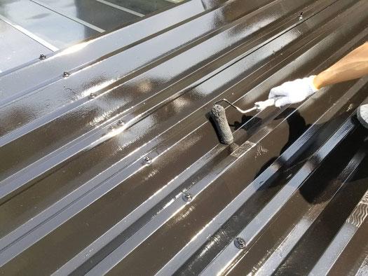 養老町、大垣市、平田町、南濃町、海津町、上石津町、輪之内町で屋根折板塗装工事中の屋根塗装工事専門店。養老町大巻で屋根折板塗装工事/屋根の上塗り作業中