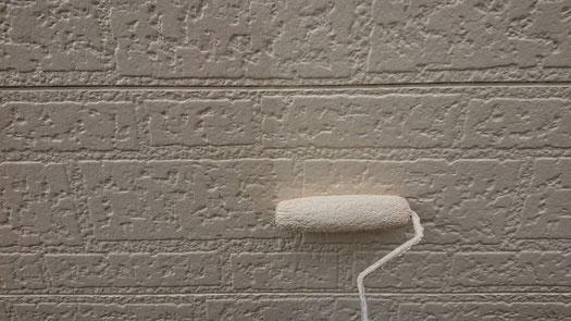 大垣市、養老町、上石津町、輪之内町、安八町、神戸町、垂井町、瑞穂市、池田町で外壁塗装工事中の外壁塗装工事専門店。大垣市稲葉西で外壁塗装工事/外壁の上塗り作業中