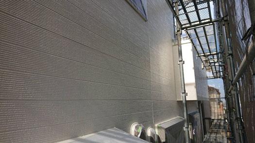 桑名市、多度町、南濃町、海津町、北勢町、員弁町、東員町、長島町で外壁塗装工事中の外壁塗装工事専門店。多度町小山で外壁塗装工事/上塗り塗装作業中