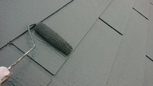 桑名市、多度町、南濃町、海津町、北勢町、員弁町、東員町、長島町で屋根カラーベスト塗装工事中の屋根塗装工事専門店。多度町小山で屋根カラーベスト塗装工事/上塗り塗装作業中
