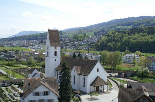 Pfarrkirche (eingeweiht am 19. August 1674) mit Pfarrhaus und Friedhof