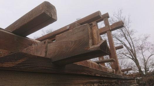 入母屋屋根の破風板を受ける梁先端には抜けを防ぐためのアリの仕口がつくられている。
