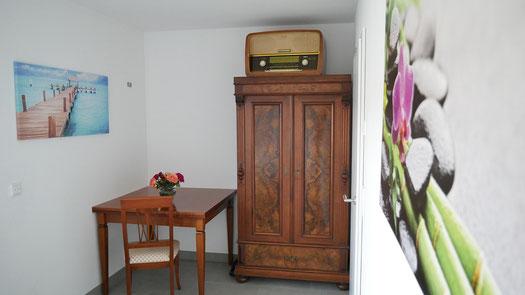 Schlafzimmer mit kleiner Büroecke und Kleiderschrank