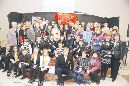 Участники акции «Свеча памяти» вместе с М. И. Семеновой во Дворце молодежи «Царскосельский». 24 января 2014 г.