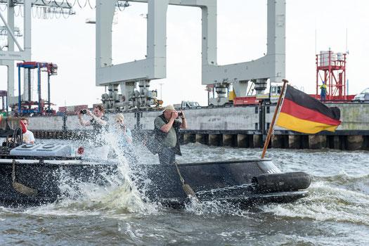 """Ganz zum Abschluss noch ein Bild des Fotografen an Bord der """"Präsident Schaefer"""" bei der Auslaufparade.  © Caren Heuser"""