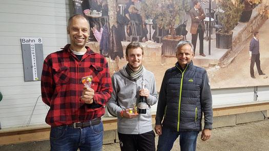 Siegreicher Sören, eingerahmt von Finalgegner Martin und Organisator Jürgen