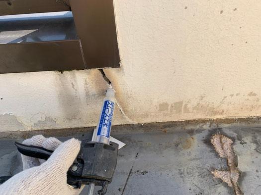 壁面のクラックも補修していきます