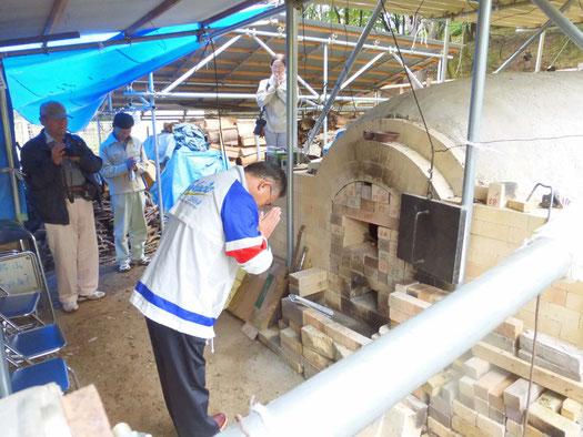 鳩山町長の鳩山古代再生登り窯 火入れ式の様子