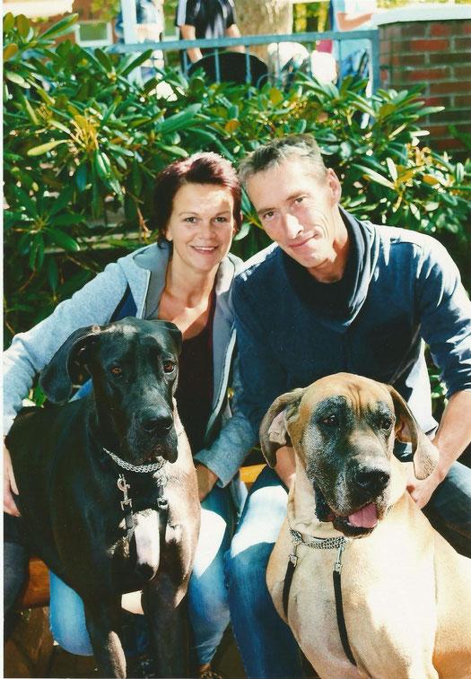 Wir mit unsere Hunden Nudar en Fausto