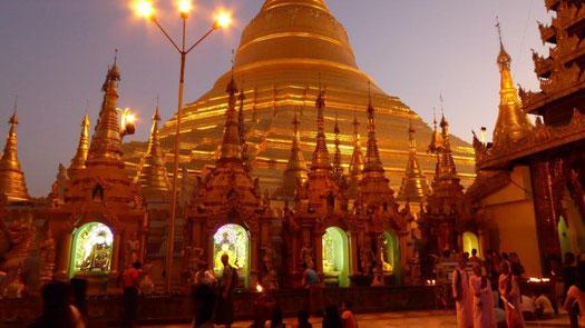 Bild: Die Stupa der Shwedagon Pagode  in der Abendsonne