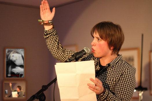 Annika Blanke beim literarischen Handkantenschlag