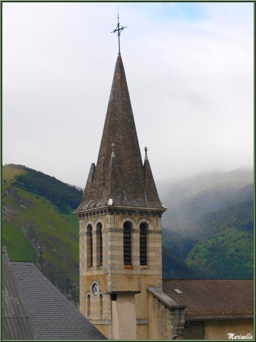 Clocher de l'église Saint Laurent et panorama environnant dans la brume, village d'Aas, Vallée d'Ossau (64)