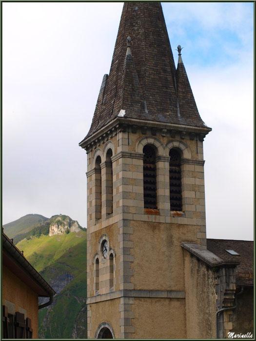 Clocher de l'église Saint Laurent et les Pyrénées en fond de décor, village d'Aas, Vallée d'Ossau (64)