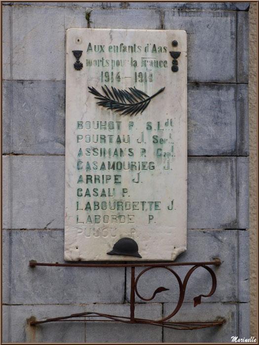 Panneau Monuments aux Morts sur un des piliers du porche d'entrée de l'église Saint Laurent, village d'Aas, Vallée d'Ossau (64)