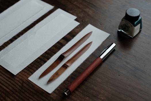 左がペーパーナイフ、右が菓子切り。いずれも煤竹