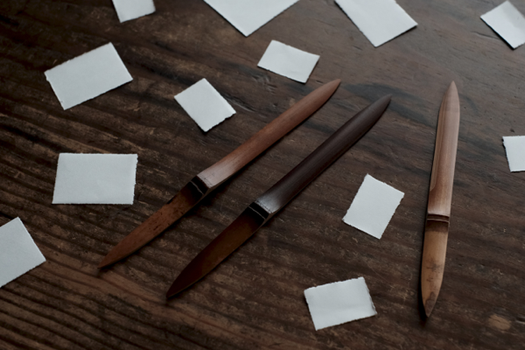 右が菓子切り、左の2本がペーパーナイフです。いずれも煤竹