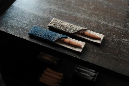 煤竹菓子切り「ささには」と鞘。下には箸置きが