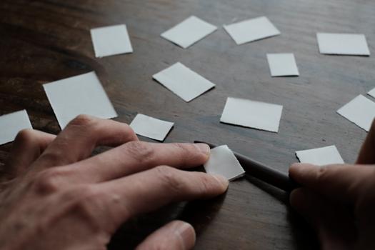 すべて煤竹のペーパーナイフで切った紙の切れ端です
