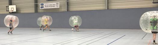 Kerlgesund: Richtige Kerle zeigten voller Einsatz beim Bubble Ball (Foto: Lang)