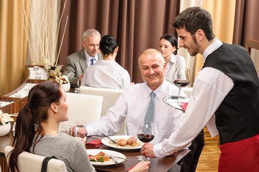 Tisch eindecken im Gastrobereich