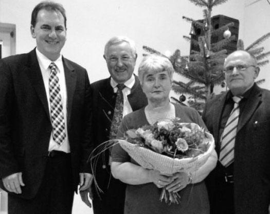 Stellvertretender Landrat Sporer, Bürgermeister Babel und Vorsitzender Aigner mit der geehrten Gisela Stiller