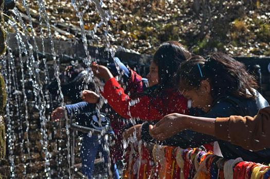 Vor dem Tempel begossen sich die Menschen mit dem heiligen Wasser