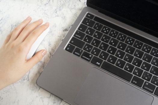 白のマグカップ。傍らに白い蘭の花とピンクのヒヤシンス。