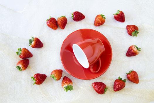 青色の画用紙のうえに散らかされた青色の絵の具、絵筆、クリップ、ボタン、マジック、付箋。