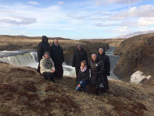 Miriam Schmelz und Judith Bernhardt bei einem Ausflug mit den Karmelitinnen in Nordisland
