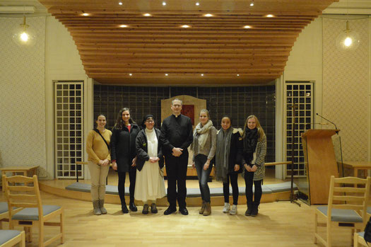 Die Freiwilligen des Katarinahjemmets mit Sr.Ane-Elisabeth und dem Priester in der Kirche von Lillehammer