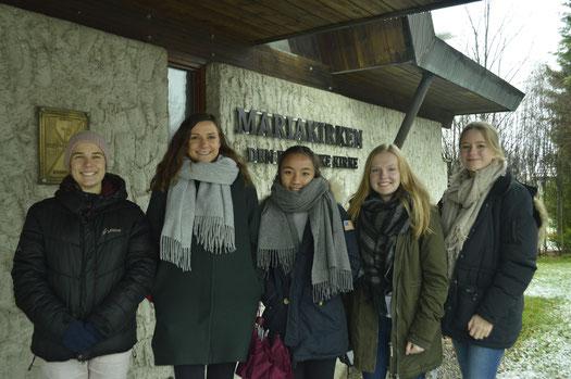 Tabea und Charlotte mit anderen Freiwilligen bei einem Ausflug in Lillehammer