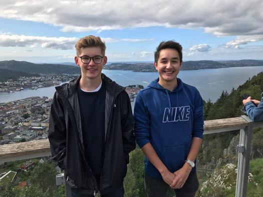 Johannes und Stephan auf dem Berg Fløyen