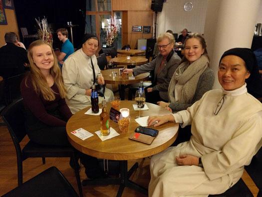 Tabea und Charlotte bei einem Theaterbesuch mit den Dominikanerinnen