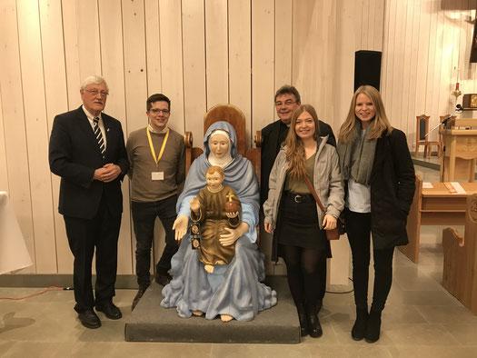 Präsident Heinz Paus, Marius Reta, Msgr. Georg Austen, Pia Wittek und Elisabeth Schwake bei der Kirchweihe in Södertälje