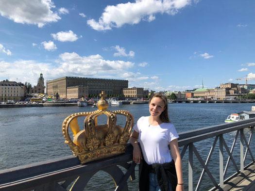 Irina vor dem Schloss in Stockholm