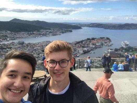 Stephan und Johannes erkunden gemeinsam Bergen