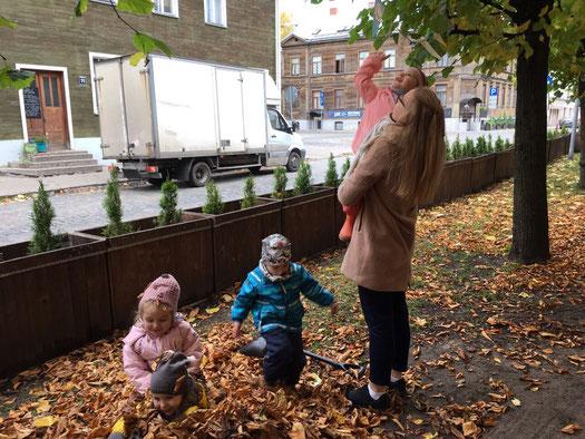 Josephine Metasch mit Kindern aus dem deutschen Kindergarten in Riga
