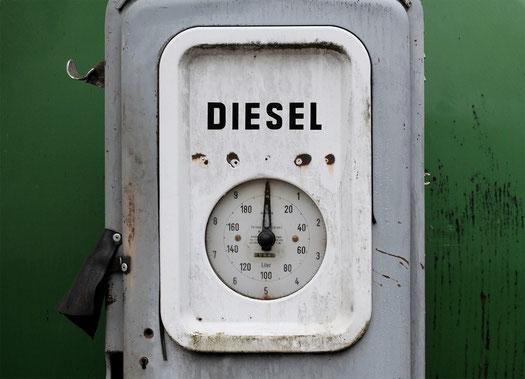 Abgasskandal: Kostenloser Checkup Ihres Diesel-Kaufvertrages - Dr. Michael Fingerhut - Rechtsanwalt / Rechtsberatung München - © motointermedia (pixabay.com)