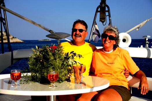 Skipperpaar Alexander und Barbara auf der Motoryacht Paradise 2