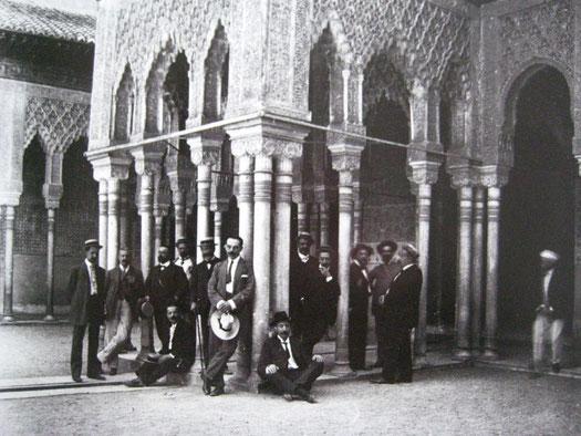 Miembros del Centro Artístico y Literario durante una visita a la Alhambra. José Martínez Rioboo. ca. 1915